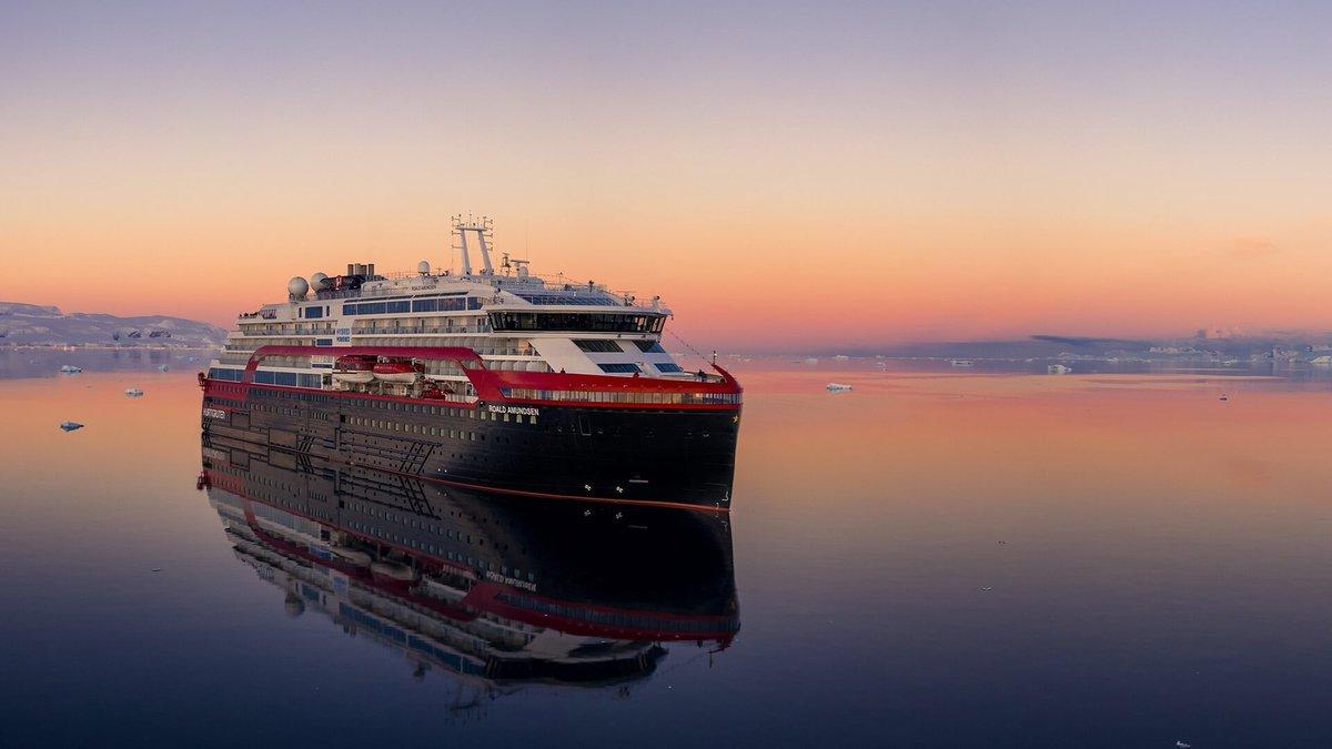 Hurtigruten MS Roald Amundsen Sunset.jpg